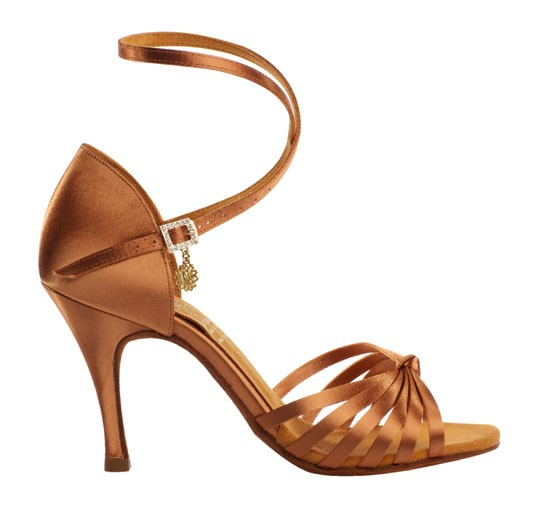 0244b5ecd4d90 Najważniejsze to mieć ze sobą obuwie na zmianę. Nie powinniśmy tańczyć w  niezmienionym obuwiu nie tylko dlatego, że zabrudzimy nawierzchnię sali  tanecznej, ...